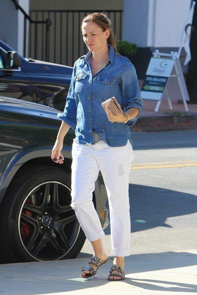 camasa cu pantaloni albi